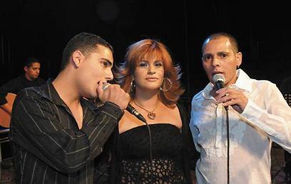 שיר לוי עם אביו ישי ואמו החורגת איריס, בימים אחרים         (צילום: רפי דלויה)