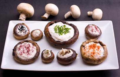 פטריות ממולאות בקרם אגוזים וצנוברים (צילום: ראובן אילת)