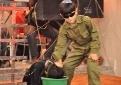 מדמים חייל שמטביע עצור פלסטיני ()