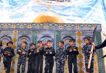הילדים על רקע מסגד בהר הבית ()