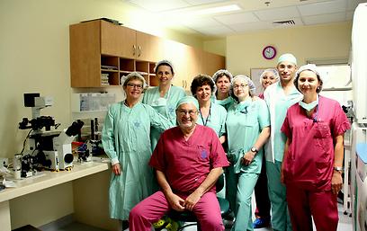 הצוות שביצע את השתלת הביציות. שתי נשים קיבלו התרומה (צילום: דפנה נבו, דוברת בית החולים הלל יפה)