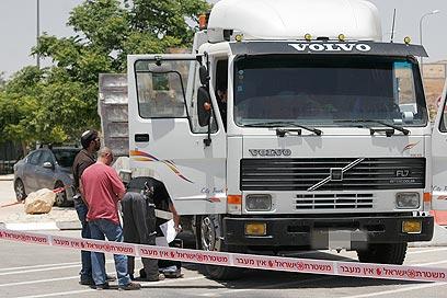 נהג המשאית סירב להתפנות לבית החולים (צילום: אליעד לוי)