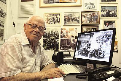 מיכאל אלמגור. היסטוריה מצלמת מהלכת של לוד (צילום: אבי מועלם)