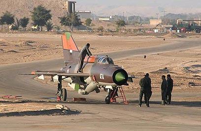 הטייס שערק לירדן ירד מהמטוס והשתחווה לאות תודה לאללה (צילום: AFP/HO/AMMON NEWS )
