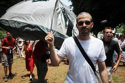 """אוהלינו על כתפינו. העירייה: """"לא נאפשר להקים אוהלים"""" (צילום: ירון ברנר)"""