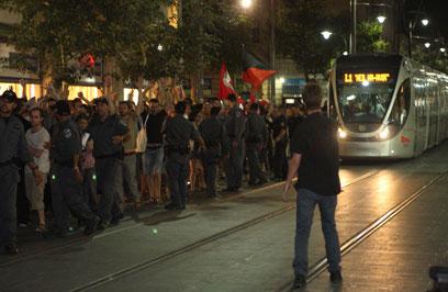 על הפסים. מפגינים מול שוטרים בירושלים (צילום: שמואל פרידמן)