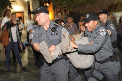 """מפגינים מול שוטרים, הערב. """"השוטרים היו אלימים"""" (צילום: שמואל פרידמן)"""
