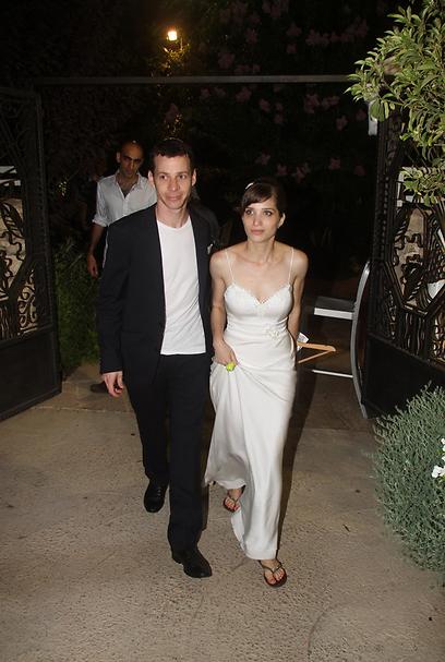 שיהיה ברור: התמונה צולמה אחרי החתונה. עמית סגל ואשתו רעות (צילום: ג'קי יעקב)