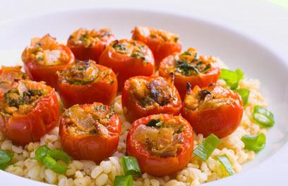 עגבניות שרי ממולאות בטופו וירק על מצע בורגול מלא עם בצל ירוק (צילום: ראובן אילת)