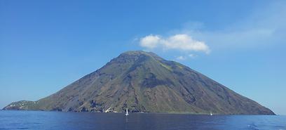 הר געש מרהיב בצורת חרוט. סטרומבולי פעיל ומעשן (צילום: זיו ריינשטיין)