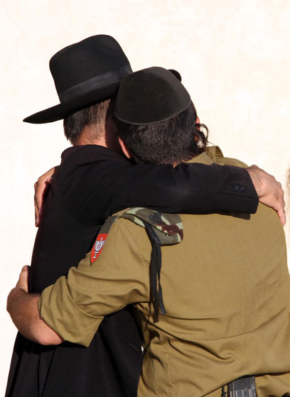 """הירש: """"כשהוא דורך על מפתן הצבא, הוא הופך להיות חילוני. שם השמד הכי גדול שיהודי עובר. הייתי שם שבועיים, ואני יודע"""" (צילום: גיל יוחנן)"""