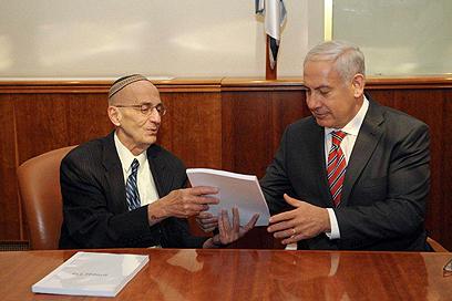 """השופט לוי מגיש את הדו""""ח לראש הממשלה נתניהו (צילום: עמוס בן גרשום, לע""""מ)"""