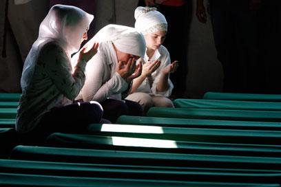נשים מוסלמיות אבלות על יקיריהן שנרצחו בבוסניה בשנות ה-90 (צילום: AP)
