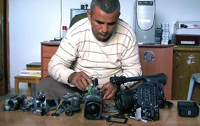 """""""חמש מצלמות שבורות"""". הפגנות כנגד רוע הגדר  ()"""