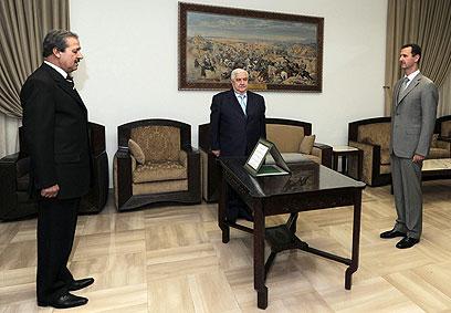 הדיפלומט הסורי הראשון שערק בגלוי. אסד ושגרירו לשעבר בעיראק פארס (צילום: AP)