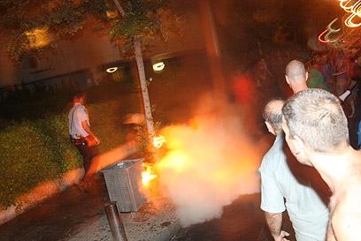 האש ברחוב קפלן בתל אביב, אמש (צילום: מוטי קמחי)