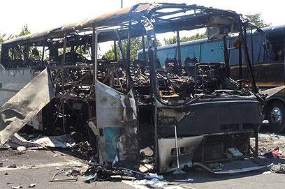 שרידי האוטובוס שהתפוצץ (צילום: AP)