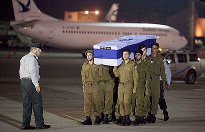 """טקס צבאי בנתב""""ג עם הגעת ארונות הנרצחים (צילום: AP)"""