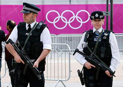 מאבטחים בלונדון (צילום: רויטרס)