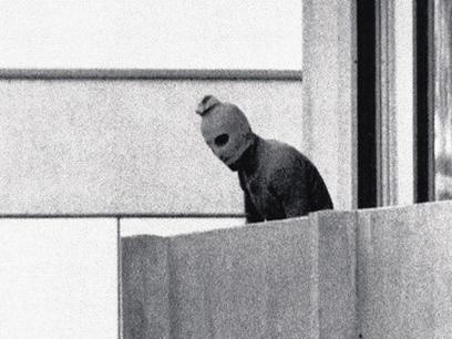 אחד המחבלים במרפסת הבית במינכן, 1972 (צילום: AP)