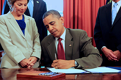 Obama signs Israel cooperation bill (Photo: MCT)