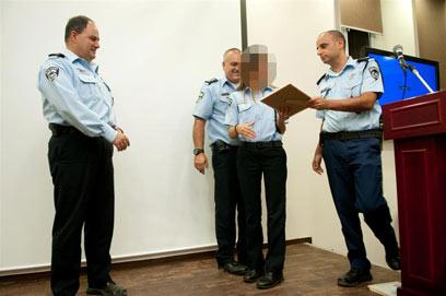 השוטרת נ' קיבלה תעודת הוקרה על פעילותה  (צילום: ירון ברנר)