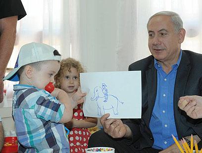 """פיל, פיל, פיל - אותי לא תפיל. נתניהו הפגין כישרון ציור (צילום: עמוס בן גרשום, לע""""מ)"""