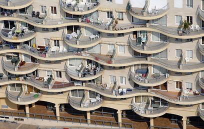 בניין עם מרפסות מדורגות. לא עוד (צילום: Lowshot.com)