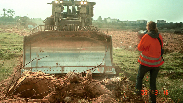 Rachel Corrie standing in front of a bulldozer (Photo: Gettyimages)