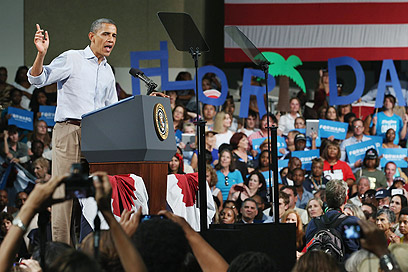 Obama with supporters in Florida (Photo: AFP)