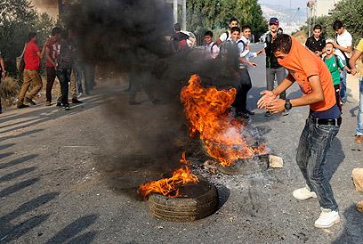 המפגינים שרפו צמיגים וחסמו כבישים. מחנה בלטה בשכם (צילום: AP)