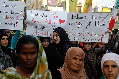 """הפגנה של תומכי חיזבאללה בלבנון, אתמול. """"איסלאם היא דת של שלום"""" (צילום: AP)"""