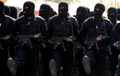 כוחות איראניים במצעד בטהרן (צילום: AFP)