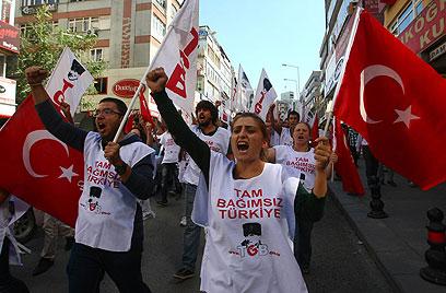 מפגינים נגד ממשלת טורקיה בעקבות משפט הקצינים (צילום: AFP)