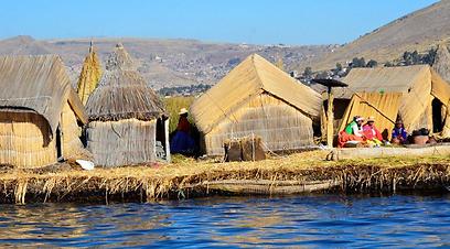 הסוכות של שבט האורוס שחי על האיים הצפים (צילום: ורדה כרמלי )