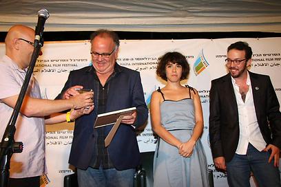 יונתן גורפינקל מקבל את פרס סרט הביכורים (צילום: גוסטבו הוכמן)