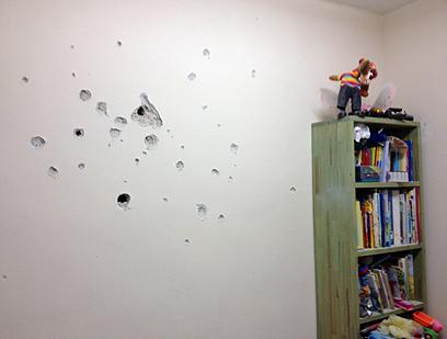 הגולש משה קנפו צילם רסיסים שפגעו בקיר בית בנתיבות (צילום: משה קנפו)