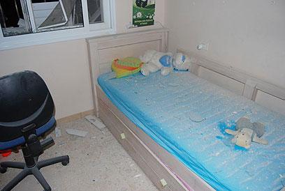 שברים ורסיסים במיטה, אחרי הפיצוץ (צילום: זאב טרכטמן)