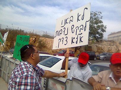 מפגינים מחוץ לישיבת הממשלה. עובדי העירייה ()