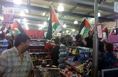 Palestinians shopping in an Israeli Rami Levy supermarket in the West Bank (Photo: Eyal Reuven)