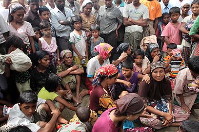 יותר מ-100 אלף נאלצו לעזוב את בתיהם. עקורים מוסלמים בראכין שבמיאנמר (צילום: AP)