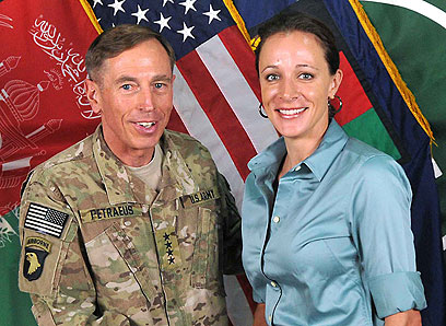 התפטר מתפקיד ראש ה-CIA בגלל רומן מחוץ לנישואים. פטראוס וברודוול (צילום: ISAF NATO, AFP)
