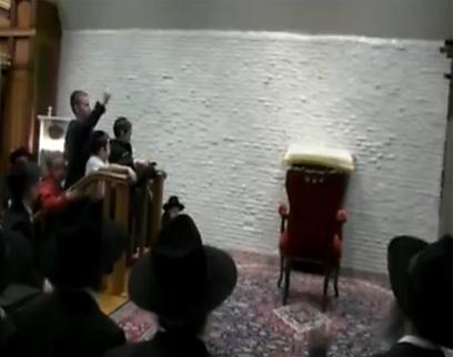 החסידים שרים ומריעים לכיסא הריק של הרבי המנוח (צילום: אלי מנדלבאום)