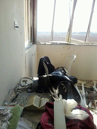 House damaged by rocket in Kiryat Malachi (Photo: Neri Brenner)