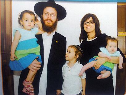 משפחת שארף. האם מירה נהרגה. האב שמוליק והילדים מאושפזים ()