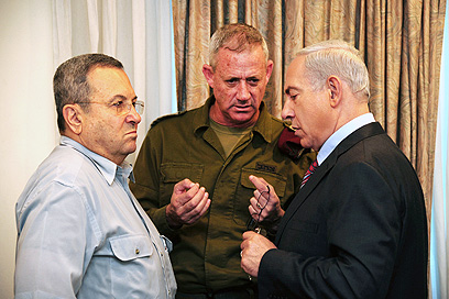 Barak (L) with Gantz and Bibi during Gaza op (Photo: Kobi Gideon, GPO)