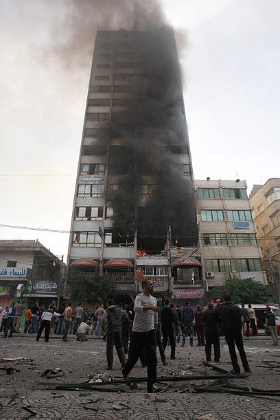 """בניין """"א-שורוק"""" אחרי הפגיעה. המטרה: ארבעה אנשי ג'יהאד איסלאמי (צילום: EPA)"""