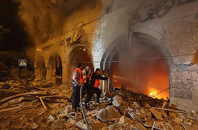 מבנה הבנק המרכזי שהופצץ בלילה (צילום: AFP)