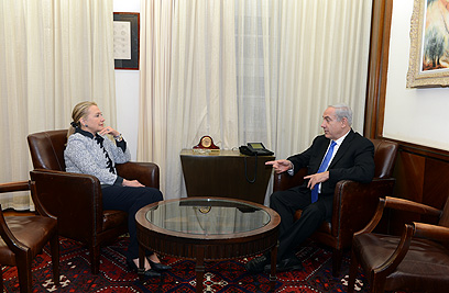 Clinton and Netanyahu meet during 2012 Operation Pillar of Defense (Photo: Matti Stern, US embassy)