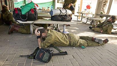 חיילים מתגוננים בעת אזעקה בדרום (צילום: AFP)